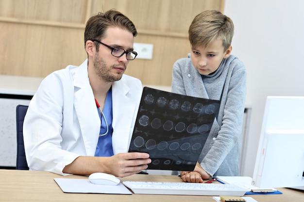Маленький мальчик в клинике на осмотре педиатром