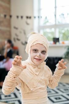ハロウィーンの日を祝うミイラの衣装を着た小さな男の子