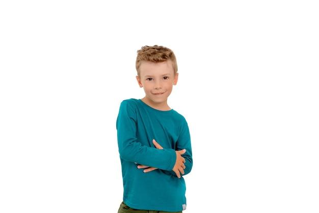 흰색 격리된 배경에 청록색 스웨터를 입은 어린 소년.