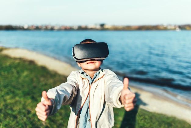 公園でバーチャルリアリティ眼鏡の少年