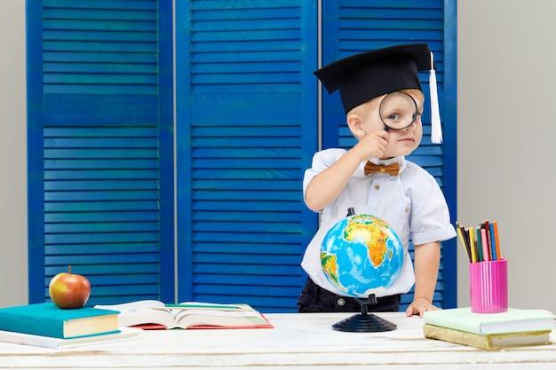 卒業の帽子をかぶっている男の子