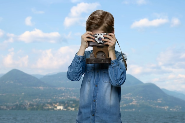 小さな男の子が写真を撮っています