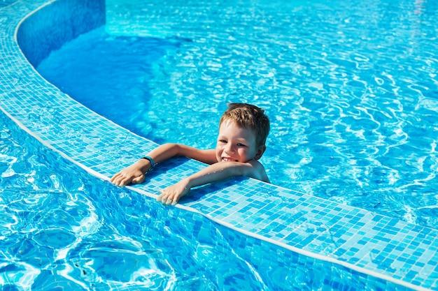 수영을 배우는 어린 소년. 여름 휴가 개념.