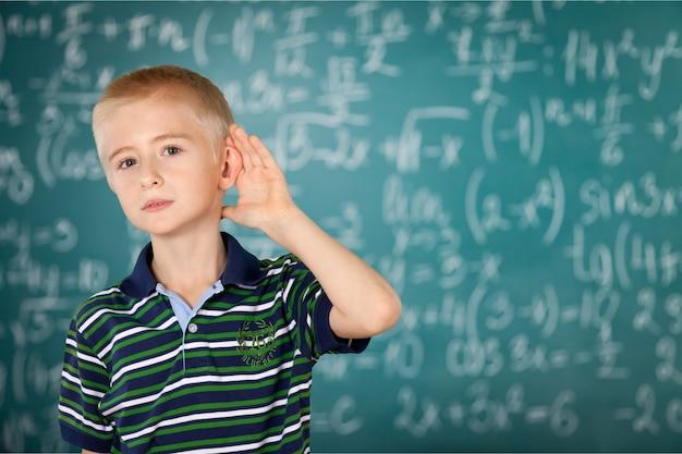 교실에서 듣는 어린 소년