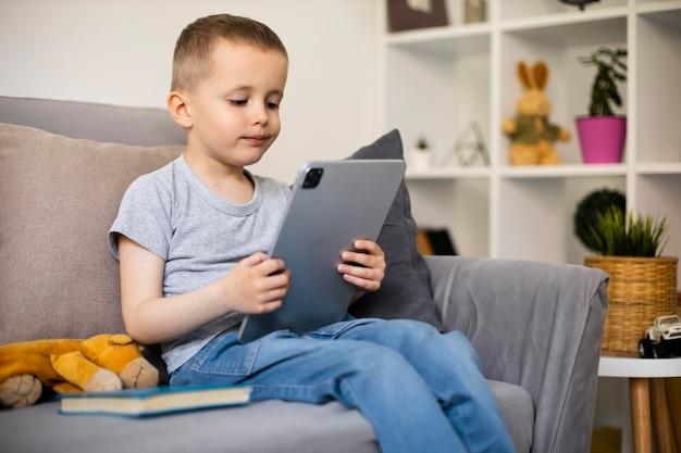 그의 태블릿을보고 어린 소년