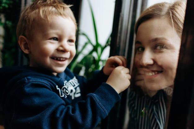 어린 소년 녹지와 그의 엄마와 함께 놀고 호기심 보인다