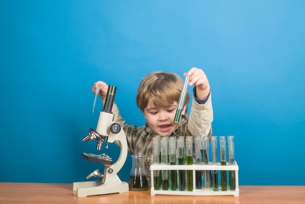 과학 실험을하는 어린 소년. 학교에서의 연구 및 교육.