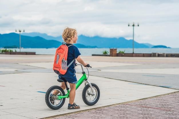 バランスバイクの小さな男の子