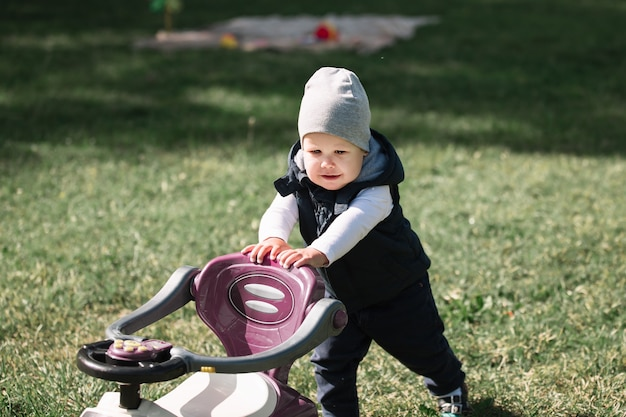 春の日に公園を散歩している男の子