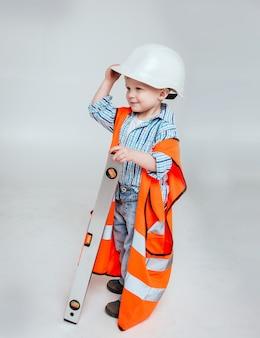 白い風景の小さな男の子。建設