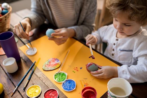 母と小さな男の子絵画イースターエッグ