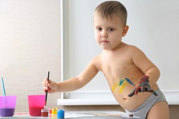 어린 소년 페인트 당신의 손을 페인트