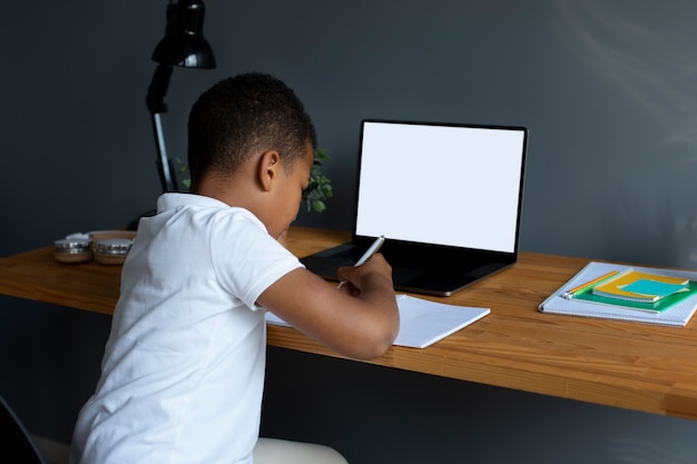 オンラインクラスに参加している小さな男の子