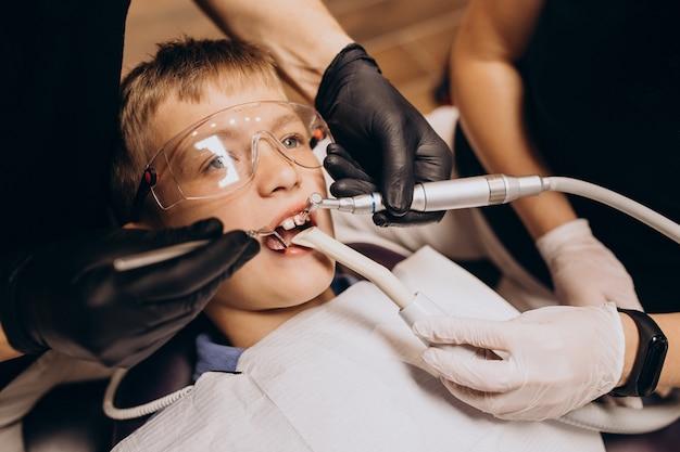歯科医で小さな男の子の患者