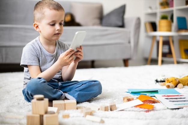 Маленький мальчик играет дома