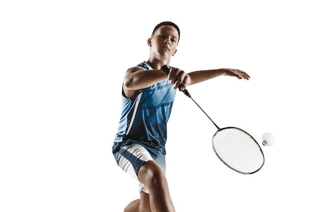 Little boy giocando a badminton isolati su sfondo bianco.