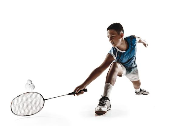 Ragazzino che gioca a badminton isolato su bianco.