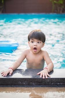 スイミングプールで遊ぶ少年