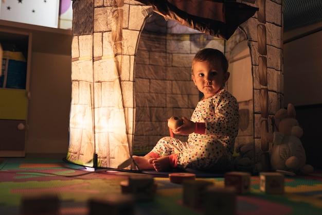 집에서 성 장난감으로 노는 어린 소년. 어린 시절 개념.