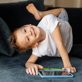 Маленький мальчик играет по телефону дома