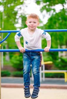 遊び場で遊ぶ少年。