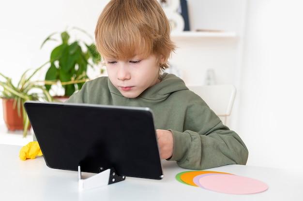 Маленький мальчик играет на планшете