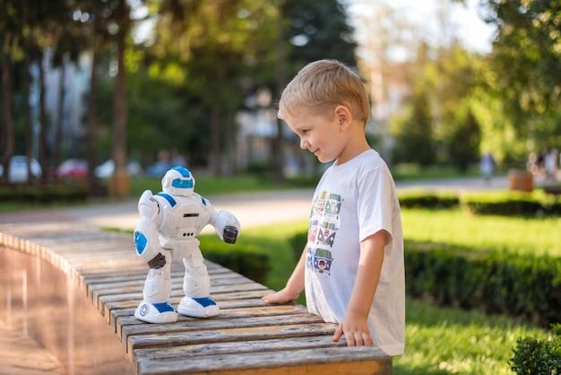 ロボットで外で遊ぶ少年