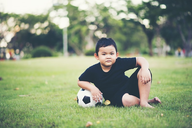 Little boy che gioca a calcio di calcio Foto Gratuite