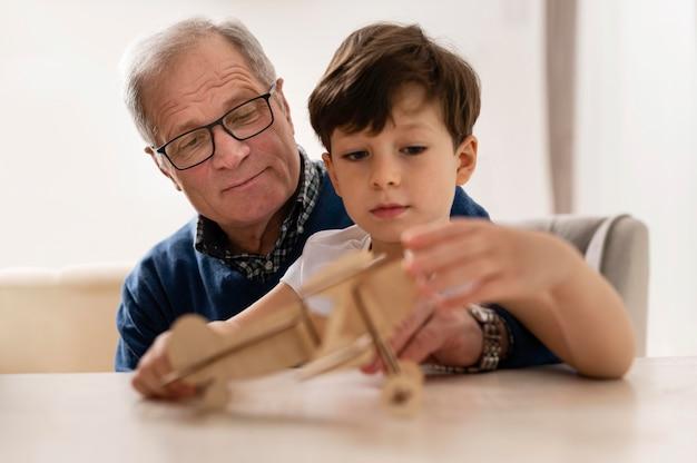 彼の祖父と遊んでいる小さな男の子
