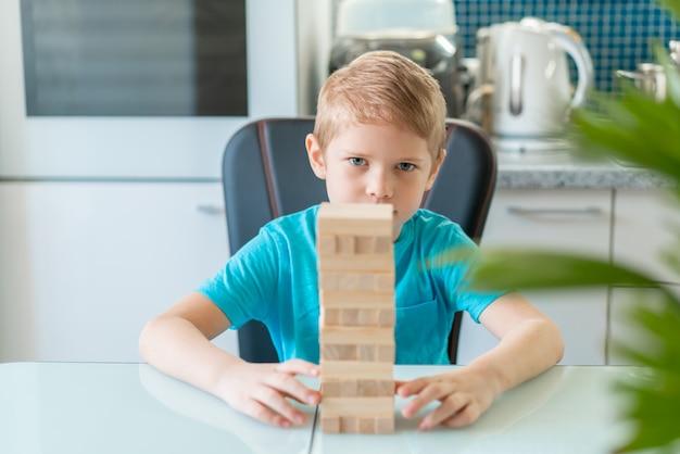 木製の環境に優しいゲームで遊ぶ少年