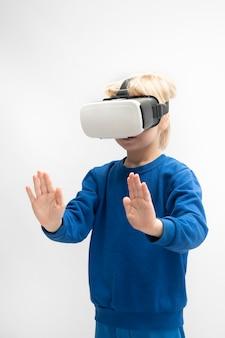 Маленький мальчик играет в игру виртуальной реальности в очках vr