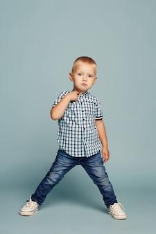 Маленький мальчик позирует, веселые эмоции мальчика модель