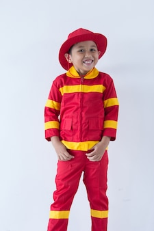 Маленький мальчик притворяется пожарным