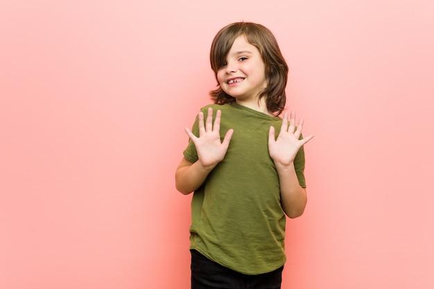 嫌悪感を示す誰かを拒否する少年。