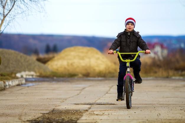 야외 공원에서 그의 자전거를 타고 어린 소년