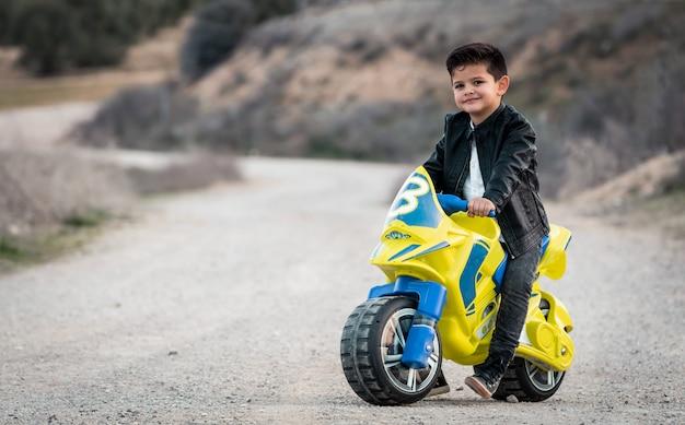 오토바이 장난감을 타고 어린 소년
