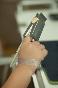 少年の手とモニタリングバイタルサイン