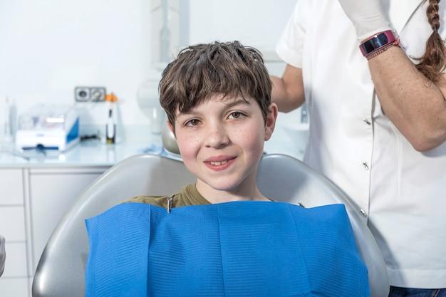 歯科医院で笑っている少年
