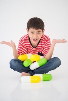 薬を服用している男の子