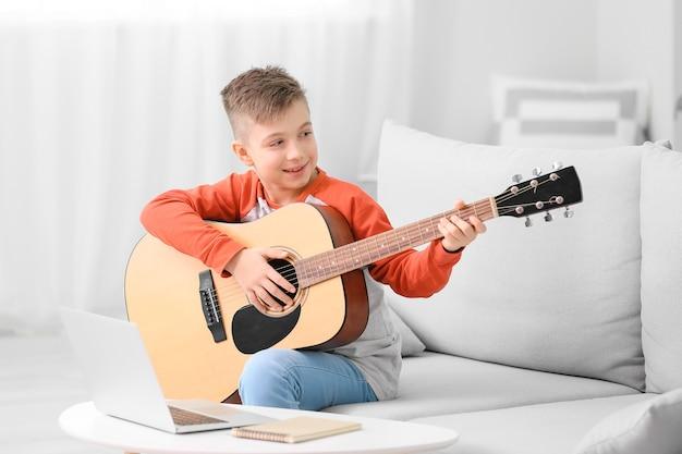 집에서 온라인 음악 수업을받는 어린 소년