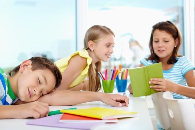 Ragazzino schiacciando un pisolino in classe