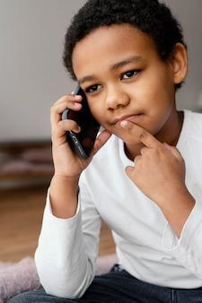 모바일에서 얘기하는 어린 소년