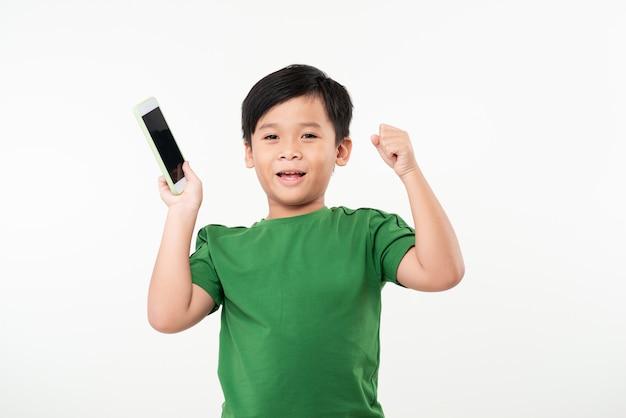 어린 소년 흰색 위에 휴대 전화를 사용 하여, 게임, 식 변경.