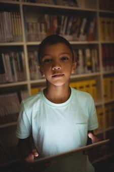 태블릿을 사용 하여 작은 소년