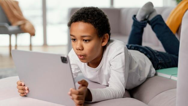 태블릿을 사용 하여 어린 소년