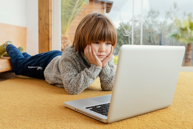 노트북에 비디오를보고 어린 소년