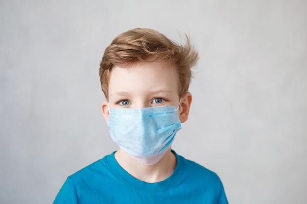 Маленький мальчик в маске от вируса короны covid-19, 2019-ncov.