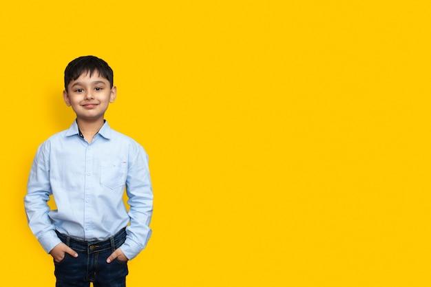 일반 배경 인쇄 모형 개념 복사 공간에 격리된 공식적인 셔츠를 입은 어린 소년