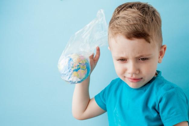 青のパッケージに地球儀を持つ小さな男の子