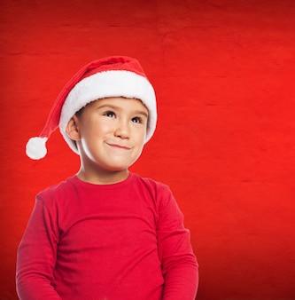 Маленький мальчик с улыбкой и шляпу Санта